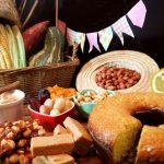 Mesa farta com comidas típicas da festa junina